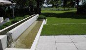 waterelement_beton_maatwerk_waterval_minimalistisch_gazon_open_ruimtelijk_moderne tuin_strak terras_grote tegels_schellevis beton