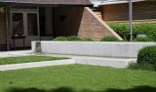 waterelement_beton_maatwerk_waterval_minimalistisch_gazon_open_ruimtelijk_moderne tuin_strak terras_grote tegels_schellevis beton_hoogte verschillen