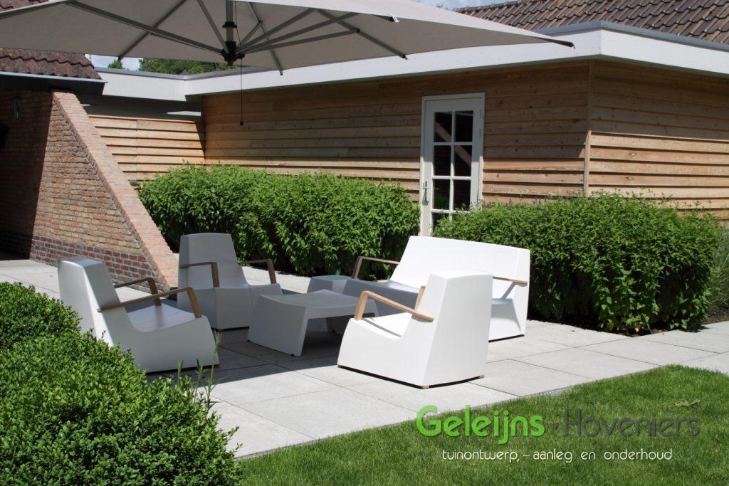 waterelement_beton_maatwerk_waterval_minimalistisch_gazon_open_ruimtelijk_moderne tuin_strak terras_grote tegels_schellevis beton_lounge