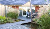 diagonale tuin_schuine hoeken_30 graden_schuinen lijnen_spannend tuinontwerp_kleine tuin_aanleg tuin_achtertuin_tuin zevenbergen_schaduwdoek_nesling