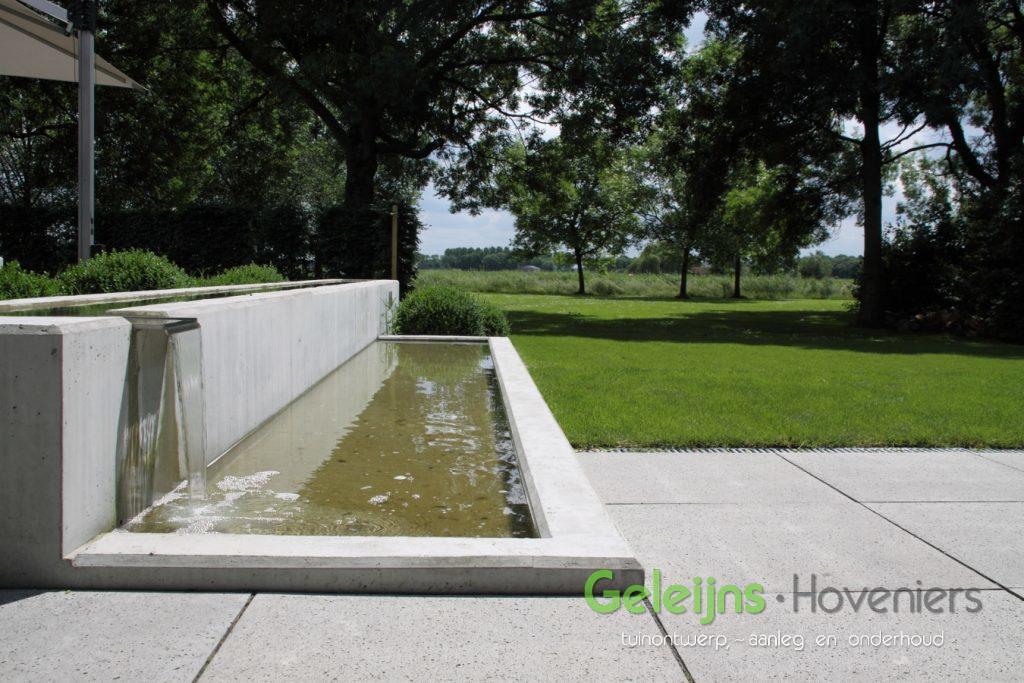 waterelement_beton_maatwerk_waterval_minimalistisch_gazon_open_ruimtelijk_moderne tuin_strak terras_grote tegels_schellevis beton_zitje_vijver
