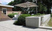 waterelement_beton_maatwerk_waterval_minimalistisch_gazon_open_ruimtelijk_moderne tuin_strak terras_grote tegels_schellevis beton_zitje