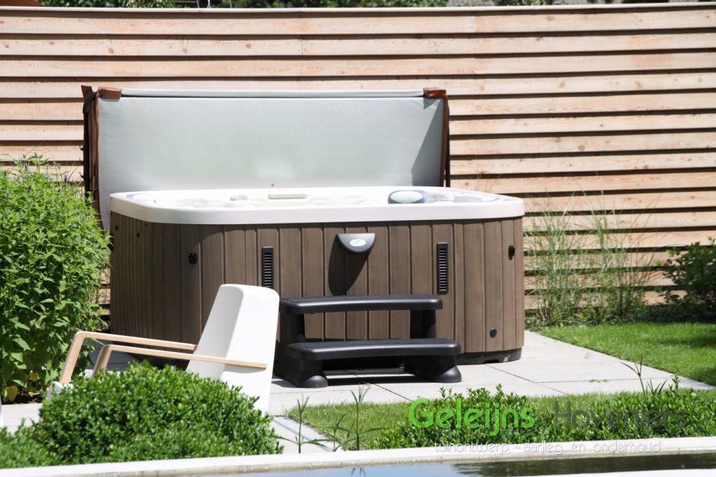 waterelement_beton_maatwerk_waterval_minimalistisch_gazon_open_ruimtelijk_moderne tuin_strak terras_grote tegels_schellevis beton_zitje_jaccuzi