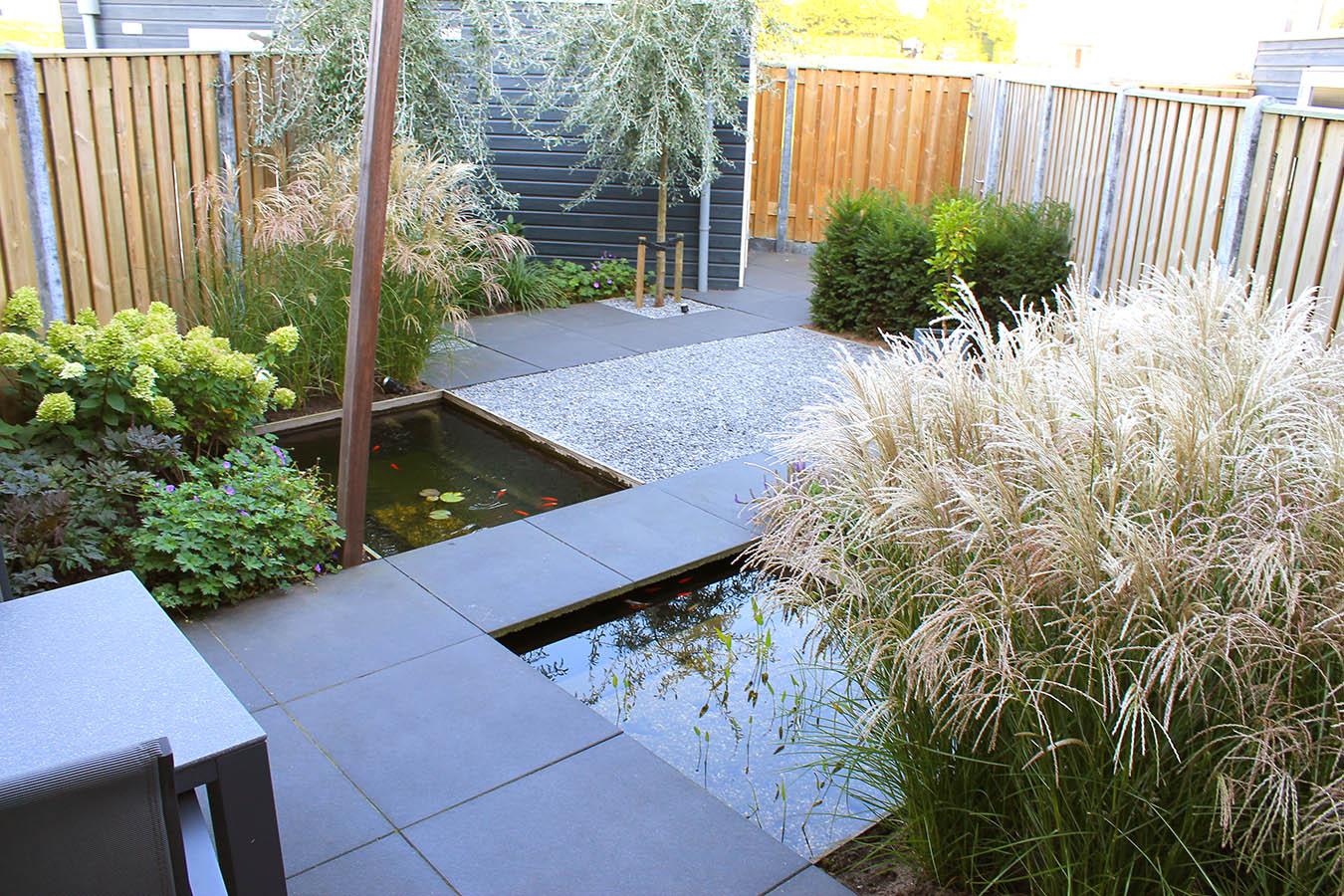 diagonale tuin_schuine hoeken_30 graden_schuinen lijnen_spannend tuinontwerp_kleine tuin_aanleg tuin_achtertuin_tuin zevenbergen_100x100cm tegel